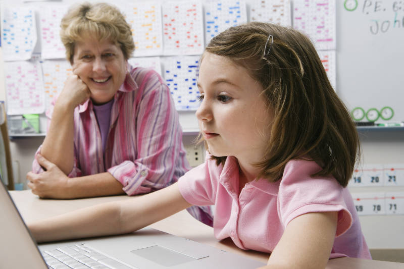 tutor-and-girl-computer-800